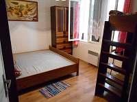 Pokoj č. 1 s manželskou postelí a palandou