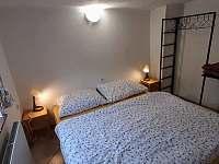 Dvoulůžková ložnice v přízemí - roubenka ubytování Tachov u Doks