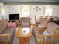 Společenská místnost s kuchyňským koutem - roubenka k pronájmu Tachov u Doks