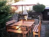 posezení s grilem - chata ubytování Jestřebí