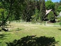 travnatá plocha před chatou