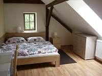jedna z ložnic dvouložnicového apartmánu v podkroví