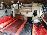 Posezení pod zastřešenou pergolou - chalupa ubytování Konrádov