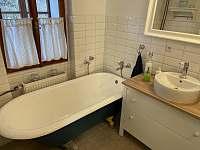 1. Koupelna - vana - chalupa k pronajmutí Tupadly