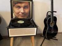 Obývací pokoj - gramofon - chalupa k pronájmu Tupadly