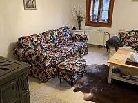 Obývací pokoj s kachlovými kamny - chalupa k pronajmutí Tupadly