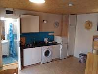 Obytná místnost s kuchyňkou - chata k pronájmu Staré Splavy