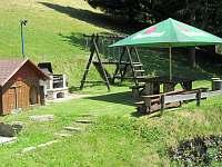 letní posezení u grilu - chalupa k pronajmutí Velká Úpa