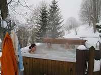 Venkovní masážní bazén pod širým nebem