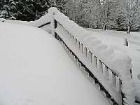 zasněžený plot a schody ke vchodu - pronájem chalupy Velká Úpa