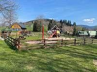 Dětské hřiště v centru obce cca 450m - chalupa k pronajmutí Strážné