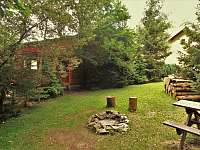 ohniště a srub ze zadní strany - pronájem chaty Žacléř - Prkenný Důl