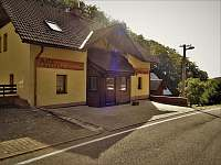 parkovací místa - pohled ze silnice - chata ubytování Žacléř - Prkenný Důl