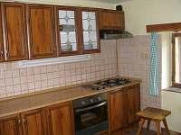 Společná kuchyň v přízemí - chalupa k pronájmu Benecko