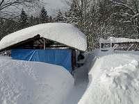 zahrada v zimě - chata k pronájmu Příchovice 1189