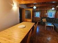 Chalupa Na hráni, společenská místnost s jídelním stolem, kuchyní a tv - Velká Úpa