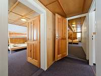 Chodba - pohledy do pokojů 3 a 5 v patře - pronájem chaty Špindlerův mlýn