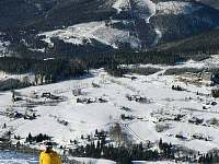 Pohled lyžaře ze sjezdovky Stoh