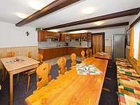 Společenská místnost pro 20 lidí s kuchyní