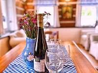 Láhev kvalitního vína pro hosty v ceně :) - chalupa k pronájmu Tample