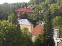 Výhled ze zahrady na náměstí - pronájem apartmánu Malé Svatoňovice