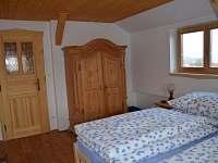 ROUBENKA čp 145: ložnice v patře, dubová podlaha s vytápením, vyřezávané skříně - chalupa k pronajmutí Jílové u Držkova