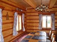 ROUBENKA čp 145: plně vybavená dubová kuchyň, myčka. Rozkládací stůl se 14 místy