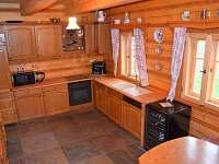 Roubenka čp 145 - plně vybavená dubová kuchyně, stůl lze rozložit až pro 14 osob - pronájem chalupy Jílové u Držkova