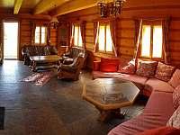 ROUBENKA čp 145 - růžová kachlová kamna a dvě sedací soupravy pro 15 osob - pronájem chalupy Jílové u Držkova