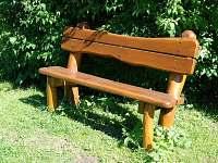 lavička na zahradě - Svoboda nad Úpou