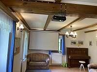 Společenská mísnost, projektor - ubytování Benecko