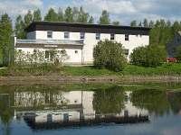 Pohled na penzion přes rybník