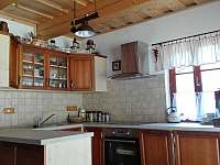 Kuchyň s myčkou, lednicí, sklokeramikou a už i mikrovlnkou - Suchý Důl