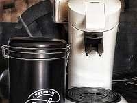 Kávovar včetně kávy k dispozici pro hosty - pronájem apartmánu Horní Maršov