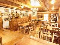 společenská místnost s jídelnou - chalupa k pronajmutí Herlíkovice