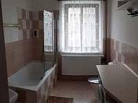 Koupelna v přízemí - chalupa k pronájmu Benecko