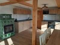 Obytná místnost s kuchyní - chalupa k pronajmutí Paseky nad Jizerou