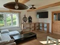 Obytná místnost se sedačkou - chalupa ubytování Paseky nad Jizerou