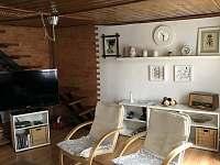 Obývací pokoj - chalupa k pronájmu Vysoké nad Jizerou