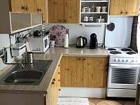 Pohled na kuchyň od jídelního stolu - pronájem chalupy Vysoké nad Jizerou