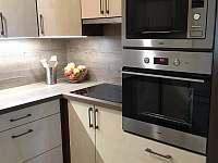 Roubenka Verunka - kuchyně s jídelnou - chalupa k pronájmu Rokytnice nad Jizerou