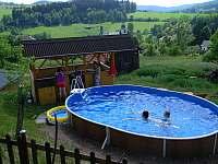 u bazénu - chalupa ubytování Háje nad Jizerou - Loukov