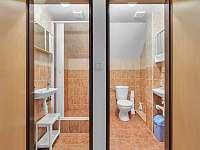 společné wc, koupelna na patře - chalupa k pronajmutí Černý Důl