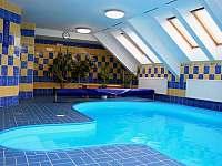 Vnitřní bazén - chalupa k pronájmu Černý Důl