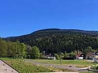 Výhled z okna na Černou horu - pronájem chalupy