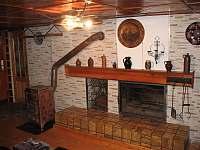Kamna a krb v obývacím pokoji - roubenka k pronajmutí Víchová nad Jizerou