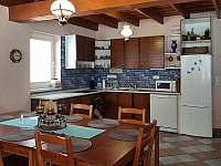 kuchyň s posezením - chata k pronájmu Svoboda nad Úpou