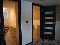 Prostor před ložnicemi možnost posezení - pronájem chalupy Strážné