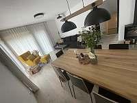 Obývací pokoj s jídelním stolem - chata k pronájmu Vítkovice v Krkonoších