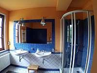 Koupelna v 1.poschodí se sprchovým koutem a rohovou vanou